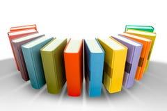 Pile de livre coloré dans le hemicircle d'isolement sur le blanc Photos stock