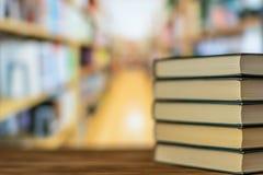Pile de livre sur le bureau dans la salle de bibliothèque