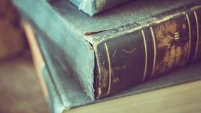 Pile de livre sur le bureau en bois image stock