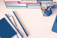 Pile de livres, carnet, ordinateur portable ? l'arri?re-plan de bureau pour l'?ducation apprenant la vue sup?rieure de concept photographie stock