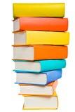 Pile de livres colorés d'isolement sur le blanc Photographie stock libre de droits