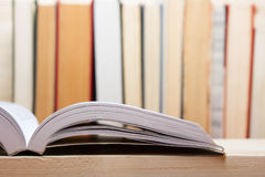 Pile de livres colorés et sur la table en bois De nouveau à l'école Copiez l'espace Images stock