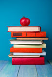 Pile de livres colorés, fond bleu sale, l'espace d'exemplaire gratuit photo stock