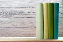 Pile de livres colorés sur la table en bois De nouveau à l'école Copiez l'espace Photo stock