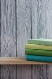 Pile de livres colorés sur la table en bois De nouveau à l'école Copiez l'espace Photographie stock libre de droits