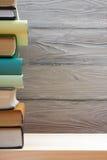 Pile de livres colorés sur la table en bois De nouveau à l'école Copiez l'espace Image libre de droits