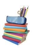 Pile de livres et trousse d'écolier Image stock