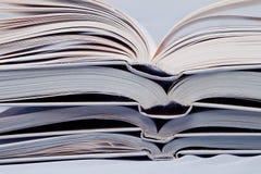 Pile de livres ouverts Photos libres de droits