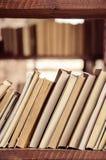 Pile de livres sur l'étagère en bois Image libre de droits
