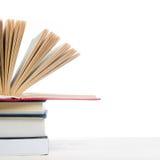 Pile de livres sur la table en bois d'isolement sur le fond blanc De nouveau à l'école Copiez l'espace Image libre de droits