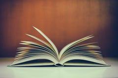 Pile de livres sur le bureau avec le filtre de vintage photographie stock libre de droits