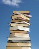 Pile de livres sur le fond de ciel bleu Image stock