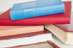 Pile de livres sur le plancher Photos stock