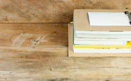 Pile de livres sur le plancher en bois Image stock