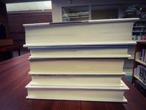 Pile de livres sur un bureau image libre de droits