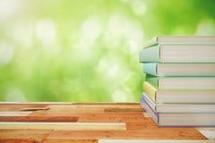 Pile de livres sur une table en bois de vintage dehors photographie stock