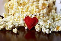 Pile de maïs éclaté avec la forme de coeur Image stock