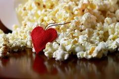 Pile de maïs éclaté avec la forme de coeur Photographie stock
