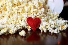 Pile de maïs éclaté avec la forme de coeur Images stock