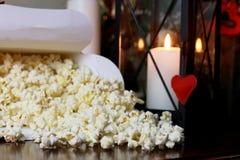 Pile de maïs éclaté avec la forme de coeur Photo libre de droits
