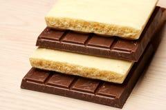 Pile de macro foncé et blanc de chocolat Photo libre de droits