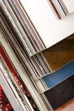 Pile de magazines ouvertes Photographie stock libre de droits