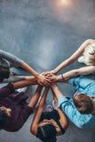Pile de mains symbolisant la confiance et la coopération photographie stock