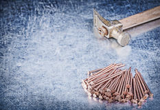 Pile de marteau de griffe de vintage de clous de cuivre de construction sur le metall Image libre de droits