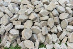 Pile de matériel de pavage au sentier piéton de construction, brique de bloc de béton d'hexagone, pierre grunge de brique pour le Photos libres de droits
