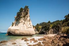 Pile de mer et arcade de péninsule de Coromandel au Nouvelle-Zélande Photographie stock libre de droits