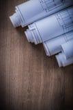 Pile de modèles roulés sur l'escroquerie en bois de construction de fond Images libres de droits
