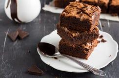 Pile de morceau de gâteau de 'brownie' de chocolat sur les pâtisseries faites maison de plat Image libre de droits