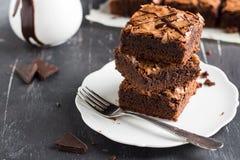 Pile de morceau de gâteau de 'brownie' de chocolat sur les pâtisseries faites maison de plat Photographie stock