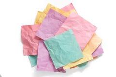 Pile de notes collantes chiffonnées de rappel avec des ombres Images libres de droits