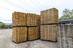 Pile de nouveaux conseils en bois et goujons à la cour de bois de charpente En bois Images libres de droits