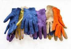 Pile de nouveaux gants felted sur le gris photo stock