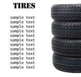 Pile de nouveaux pneus noirs à quatre roues pour l'isola de conduite d'hiver Images stock