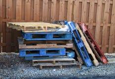 Pile de palettes en bois multicolores de chariot élévateur dehors photo stock