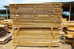 Pile de panneaux en bois de teck dans la cour de bois de charpente pile en bois Photographie stock