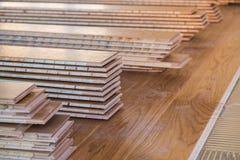 Pile de panneaux de plancher en bois stratifiés photos libres de droits