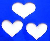 Pile de papier déchiré bleu dans le symbole de forme de coeur au-dessus du fond blanc Photo libre de droits