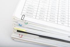 Pile de papier sur le fond blanc Photographie stock libre de droits