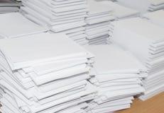 Pile de papiers blancs perforés Photographie stock