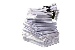 Pile de papiers d'affaires d'isolement sur le blanc Photo libre de droits