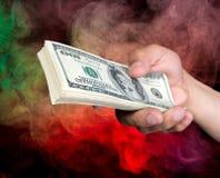 Pile de participation d'homme de billets d'un dollar Image stock