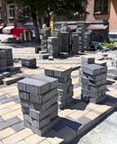Pile de pavés sur le chantier de construction sur la rue Image stock