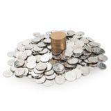 Pile de petites pièces de monnaie et une colonne du hryvnia Photographie stock libre de droits