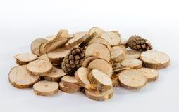 Pile de petits morceaux ronds de branches de pin et de cônes sciés de pin Images libres de droits