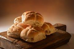 Pile de petits pains croisés chauds Photo libre de droits