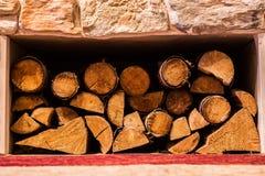 Pile de petits rondins sous une cheminée photo libre de droits